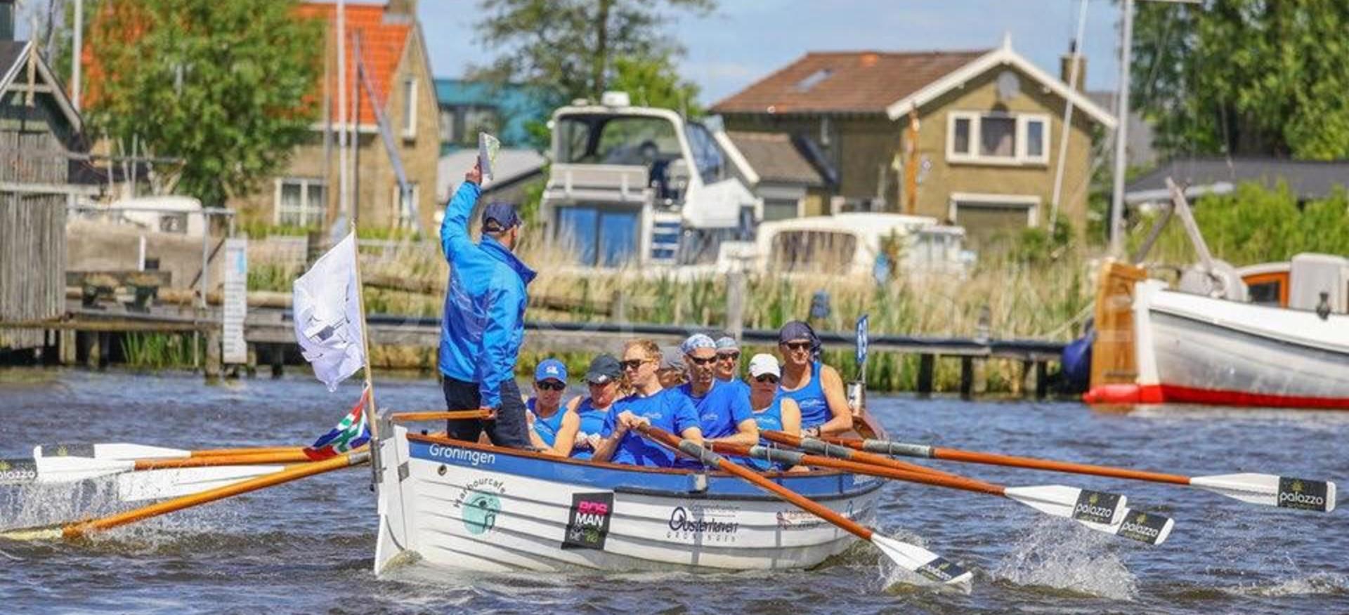 Grote Houten Boot.Sterke Mannen En Vrouwen In Houten Boten Sport In Stad